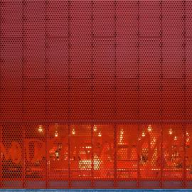 艺术博物馆外的穿孔网板幕墙及吊顶