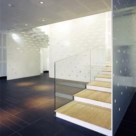 吊顶穿孔铝板与钢穿孔网板围合成的楼梯间