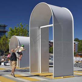 白色穿孔铝板打造的广场装饰拱门