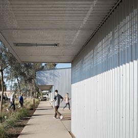 圆孔波浪式穿孔铝板外立面幕墙