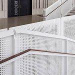 白色烤漆穿孔铝板楼梯防护栏_铝冲孔板网装饰