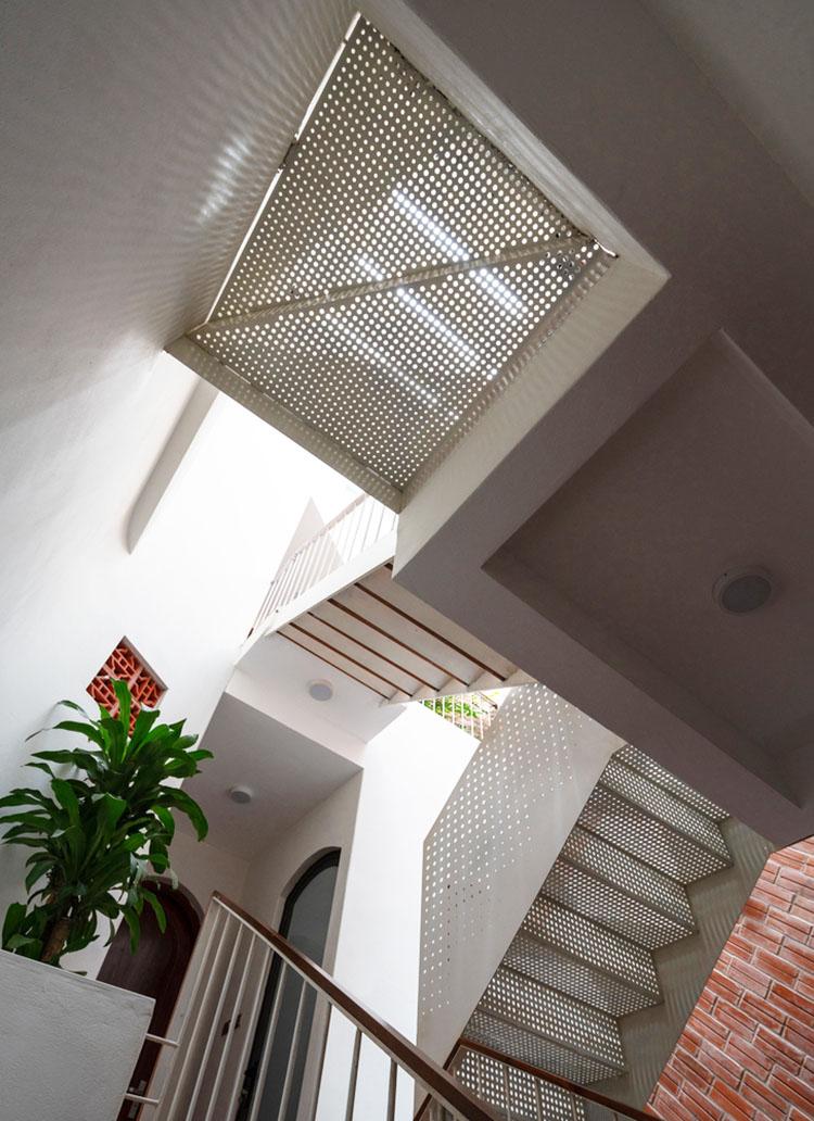 穿孔铝板楼梯给整个房屋带来了通透
