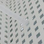 白色烤漆穿孔铝板装饰的HM配饰办公展厅空间